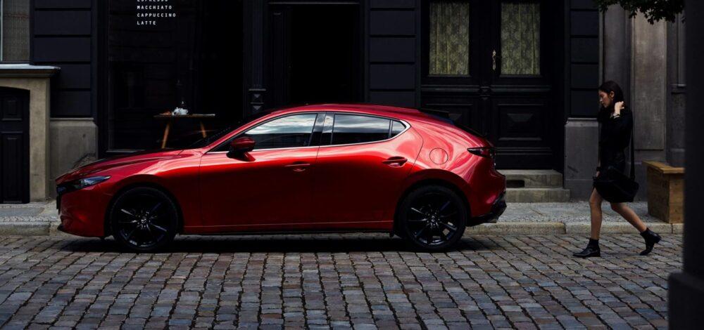 Mazda 3 Röd Parkerad